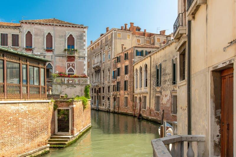 Ένα ειδυλλιακό κανάλι στη Βενετία στοκ εικόνα με δικαίωμα ελεύθερης χρήσης