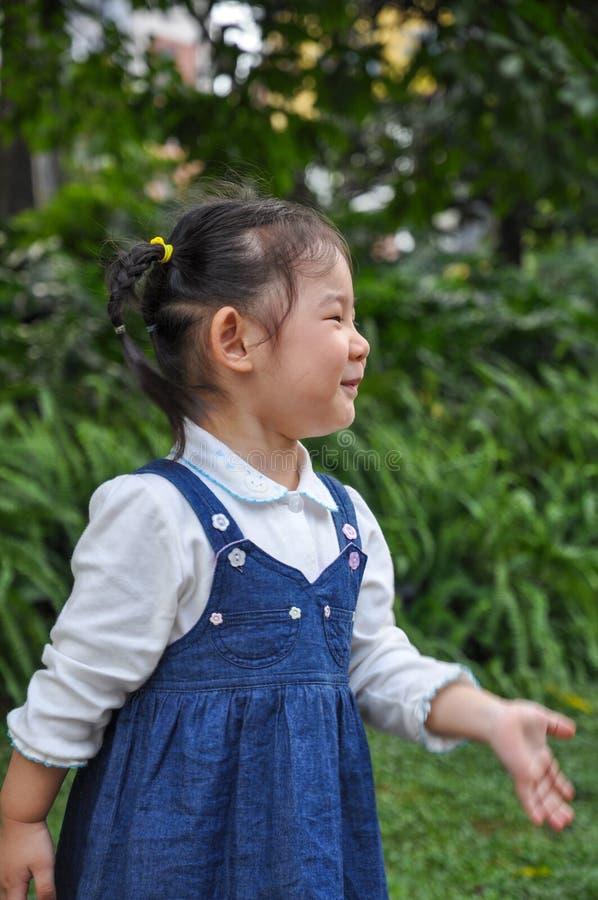 Ένα ενεργό μικρό κορίτσι στοκ φωτογραφίες