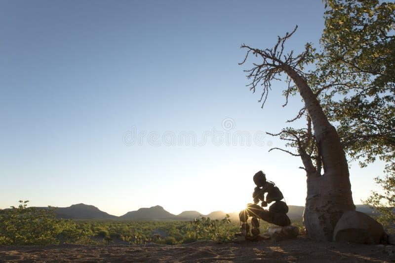 Ένα ενιαίο απομονωμένο πέτρινο άτομο του Kaokoland Συλλογιμένος τι η ύπαρξη είναι Μάρμαρο Kaokoland Περιοχή Kunene, της Ναμίμπια στοκ εικόνες με δικαίωμα ελεύθερης χρήσης