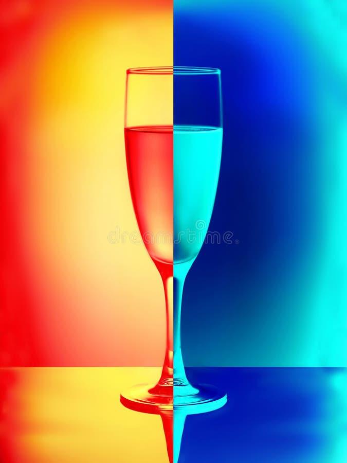 Ένα εορταστικό stemware με το κρασί Ντόμινο στοκ φωτογραφίες