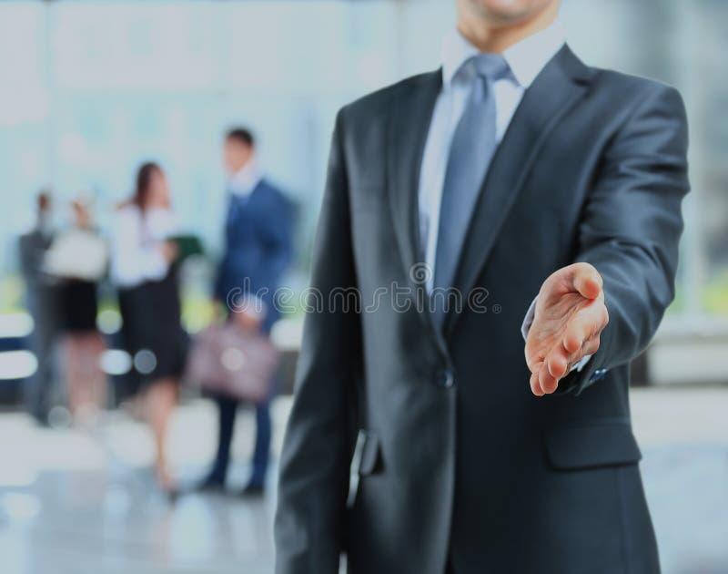 Ένα επιχειρησιακό άτομο με ένα ανοικτό χέρι έτοιμο να σφραγίσει μια διαπραγμάτευση στοκ φωτογραφία με δικαίωμα ελεύθερης χρήσης