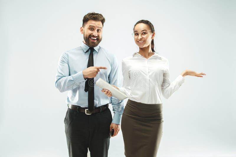 Ένα επιχειρησιακό άτομο παρουσιάζει το lap-top στο συνάδελφό του στο γραφείο στοκ εικόνες