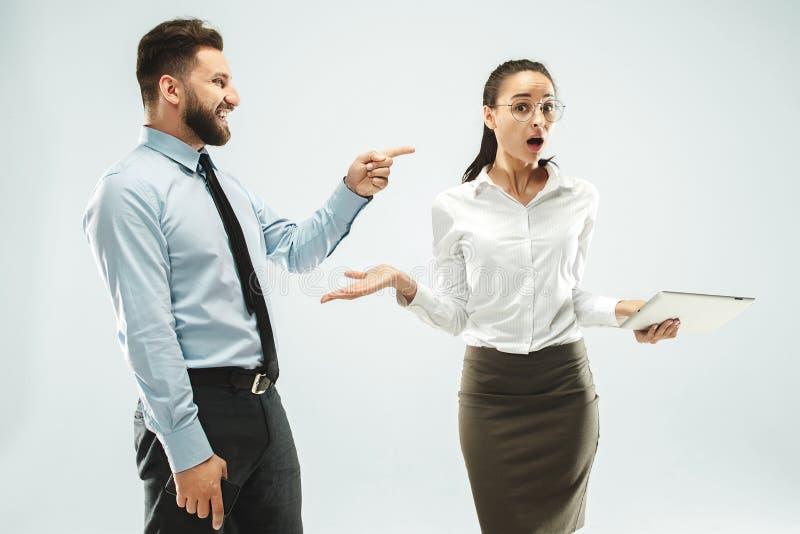 Ένα επιχειρησιακό άτομο παρουσιάζει το lap-top στο συνάδελφό του στο γραφείο στοκ φωτογραφία με δικαίωμα ελεύθερης χρήσης