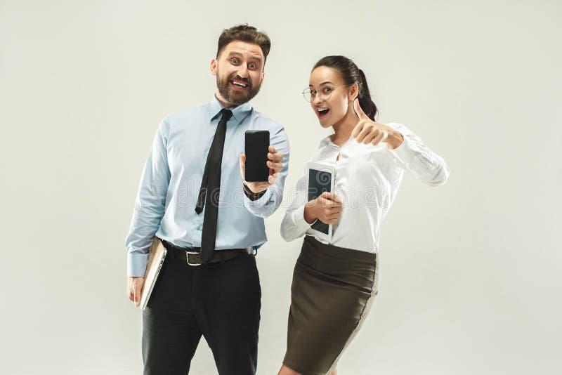 Ένα επιχειρησιακό άτομο παρουσιάζει το lap-top στο συνάδελφό του στο γραφείο στοκ εικόνες με δικαίωμα ελεύθερης χρήσης