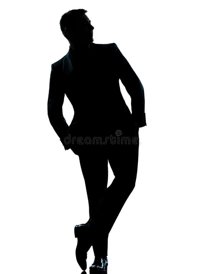 Ένα επιχειρησιακό άτομο που στέκεται την πλήρη τσέπη χεριών μήκους στοκ φωτογραφία με δικαίωμα ελεύθερης χρήσης