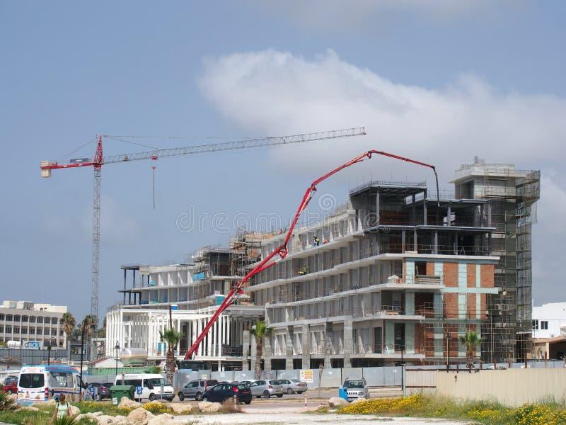 ένα εργοτάξιο οικοδομής ενός μεγάλου νέου συγκροτήματος κατοικιών διακοπών στην ακτή στα paphos Κύπρος με τους μεγάλους εργαζομέν στοκ φωτογραφία