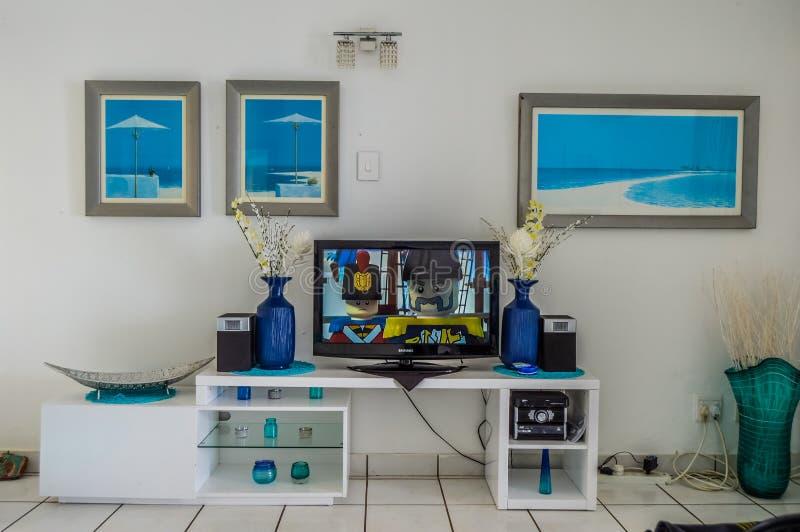 Ένα εσωτερικό σπιτιών πολυτέλειας με το ξύλινο γραφείο για την τηλεόραση στοκ εικόνες με δικαίωμα ελεύθερης χρήσης