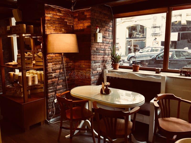 ένα εσωτερικό του όμορφου καφέ στοκ εικόνες