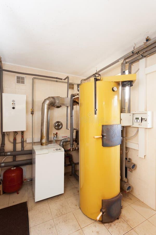 Ένα εσωτερικό δωμάτιο οικιακών λεβήτων με έναν νέο σύγχρονο λέβητα στερεών καυσίμων, ένα ηλεκτρικούς θερμούς υδάτινο σύστημα θέρμ στοκ φωτογραφία με δικαίωμα ελεύθερης χρήσης