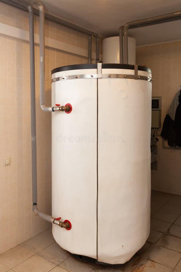 Ένα εσωτερικό δωμάτιο οικιακών λεβήτων με έναν νέο σύγχρονο λέβητα στερεών καυσίμων, ένα ηλεκτρικούς θερμούς υδάτινο σύστημα θέρμ στοκ φωτογραφίες με δικαίωμα ελεύθερης χρήσης