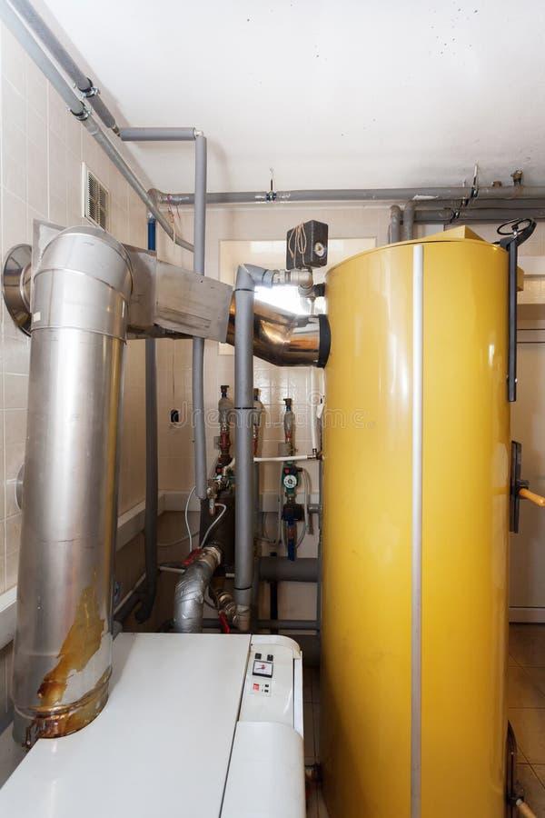 Ένα εσωτερικό δωμάτιο οικιακών λεβήτων με έναν νέο σύγχρονο λέβητα στερεών καυσίμων, ένα ηλεκτρικούς θερμούς υδάτινο σύστημα θέρμ στοκ φωτογραφία