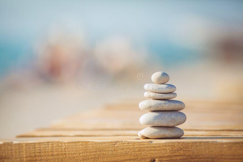Ένα λευκό και ο Μαύρος υποβάθρου πετρών zen στοκ εικόνα