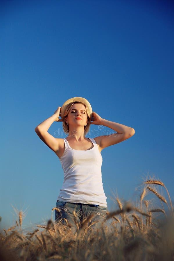 Ένα ευτυχές κορίτσι σε έναν τομέα του σίτου στοκ φωτογραφία με δικαίωμα ελεύθερης χρήσης