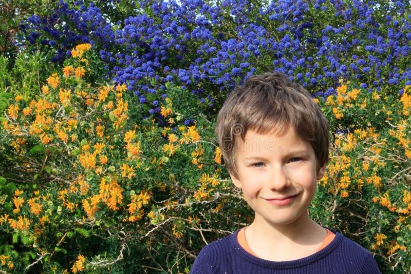 Ένα ευτυχές νέο πορτρέτο αγοριών υπαίθριο την άνοιξη καλλιεργεί Σχέδιο κηπουρικής παιδιών E στοκ εικόνες