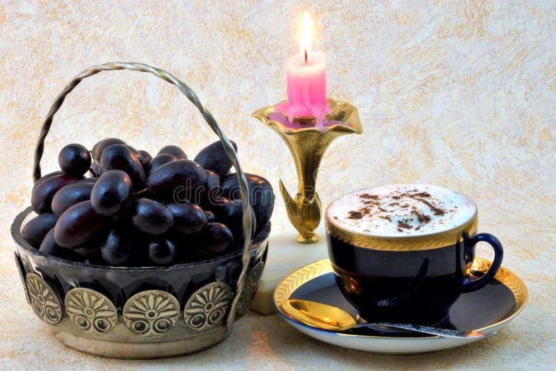 Ένα εύγευστο ποτό από τα φασόλια φυσικού ψημένου και καφέ εδάφους ενδυναμώνει καλά, τα σταφύλια είναι νόστιμα και υγιή στοκ φωτογραφίες