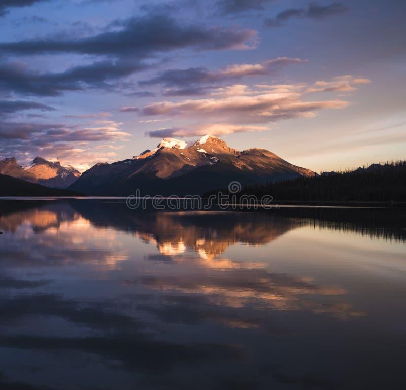 Ένα ζαλίζοντας ηλιοβασίλεμα πέρα από τη λίμνη Maligne του εθνικού πάρκου ιασπίδων στοκ φωτογραφίες με δικαίωμα ελεύθερης χρήσης