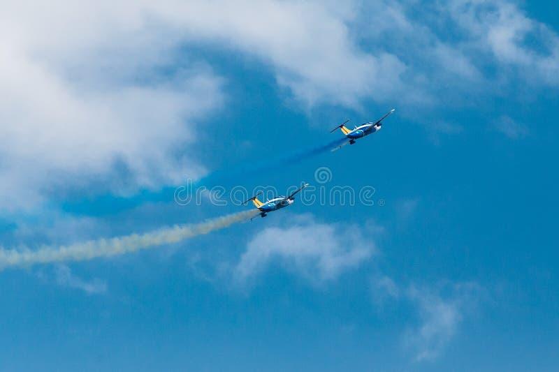 Ένα ζευγάρι των αεριωθούμενων αεροπλάνων στον ουρανό στοκ φωτογραφίες με δικαίωμα ελεύθερης χρήσης