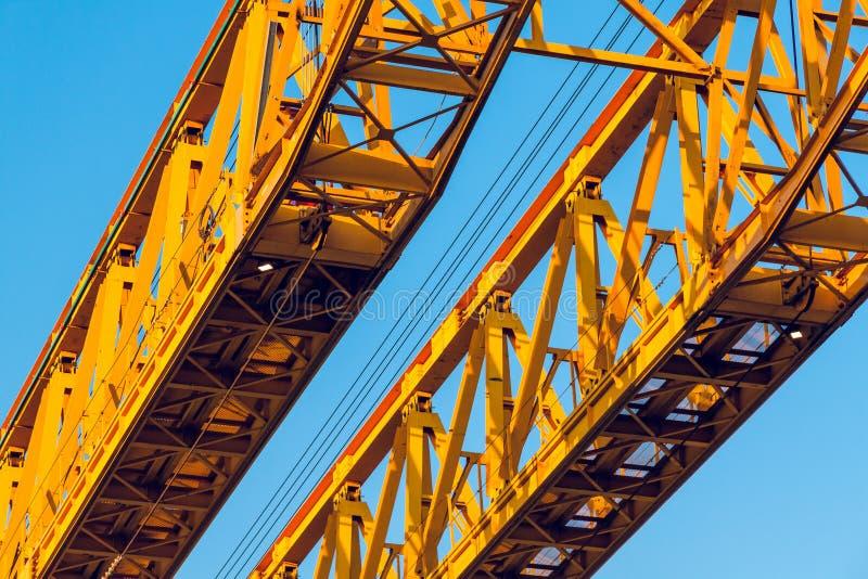 Ένα ζευγάρι των κίτρινων ζευκτόντων κατασκευής, που ανατρέχει στοκ εικόνες