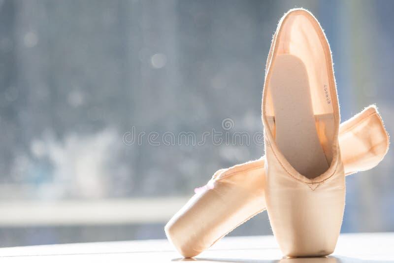 Ένα ζευγάρι των παπουτσιών μπαλέτου, pointes στοκ φωτογραφία