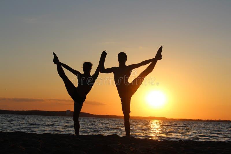Ένα ζευγάρι gymnasts των αθλητών Φωτογραφία σκιαγραφιών στοκ φωτογραφίες