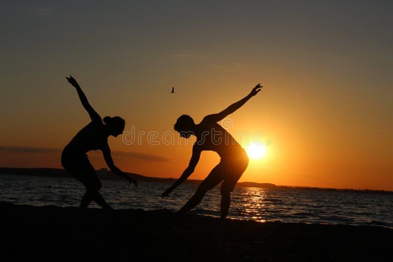 Ένα ζευγάρι gymnasts των αθλητών Φωτογραφία σκιαγραφιών στοκ φωτογραφίες με δικαίωμα ελεύθερης χρήσης