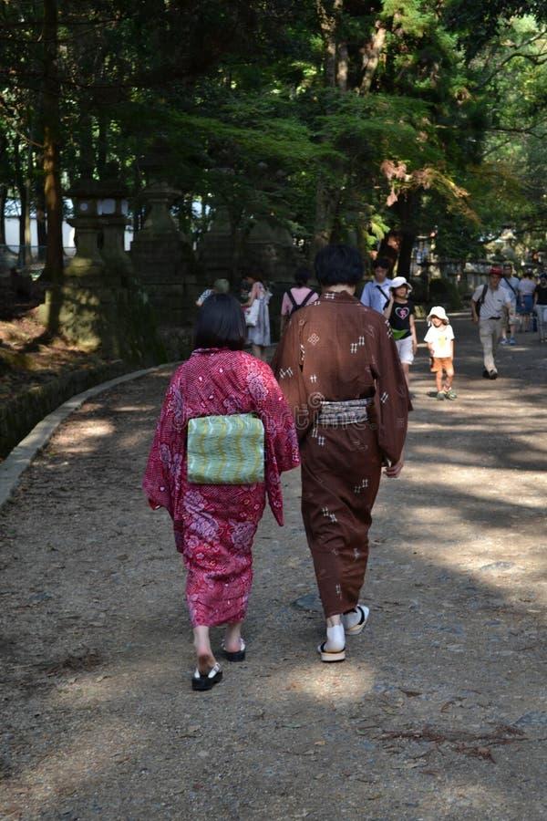 Ένα ζεύγος που περπατά με το yukata τους στοκ εικόνες