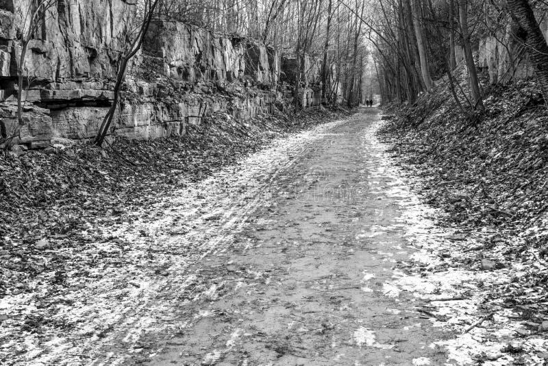 Ένα ζεύγος το μονοπάτι για βάδισμα του Bruce, χειμερινή πορεία με τον τοίχο βράχου επάνω στοκ φωτογραφίες