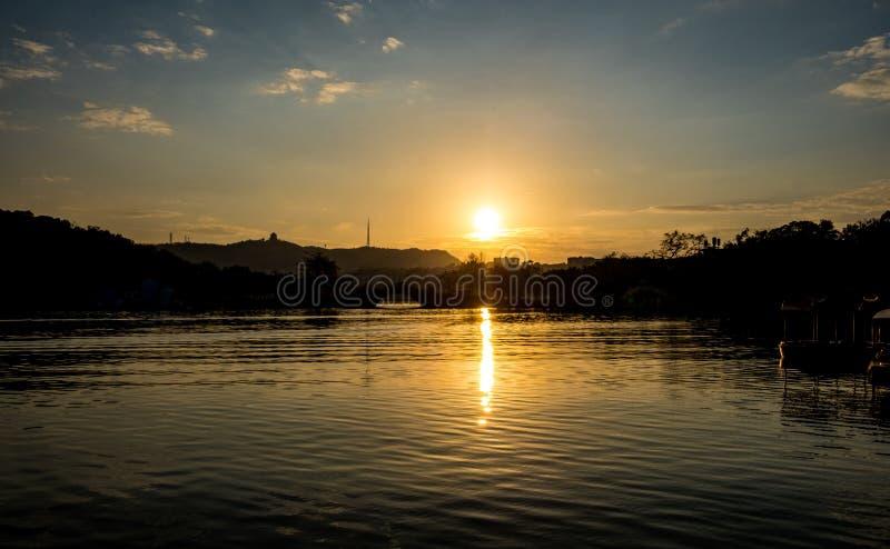 Ένα ηλιοβασίλεμα λιμνών στοκ εικόνες