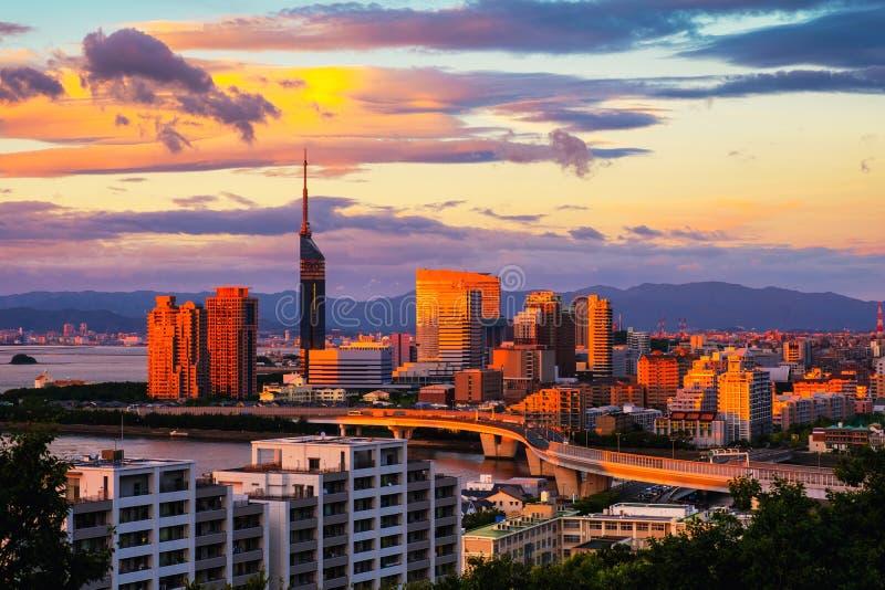 Ένα ηλιοβασίλεμα με μια άποψη του κεντρικού Φουκουόκα, Ιαπωνία, με τα ψηλά σύγχρονα κτήρια στοκ φωτογραφία με δικαίωμα ελεύθερης χρήσης