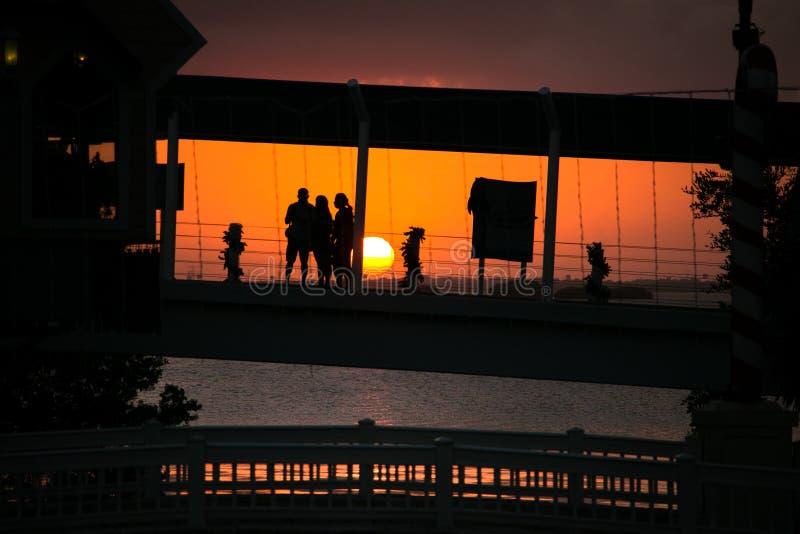 Ένα ηλιοβασίλεμα με τις τέλειες σκιαγραφίες στοκ φωτογραφίες