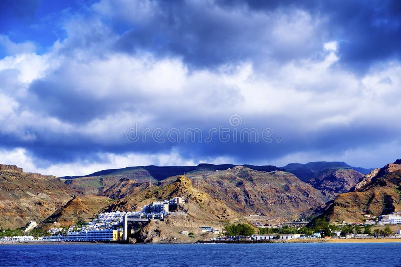 Ένα ηφαιστειακό τοπίο από θλγραν θλθαναρηα από τον ωκεανό στοκ φωτογραφία με δικαίωμα ελεύθερης χρήσης