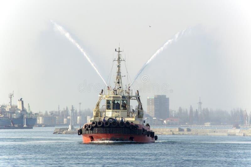 Ένα θαλάσσιο ρυμουλκό που εκτελεί την εργασία στο λιμένα της Οδησσός ι στοκ φωτογραφίες