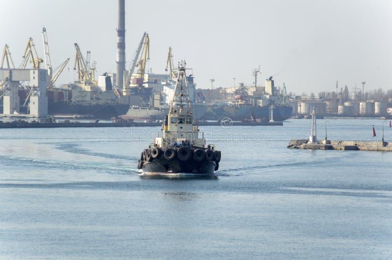 Ένα θαλάσσιο ρυμουλκό που εκτελεί την εργασία στο λιμένα της Οδησσός ι στοκ εικόνα