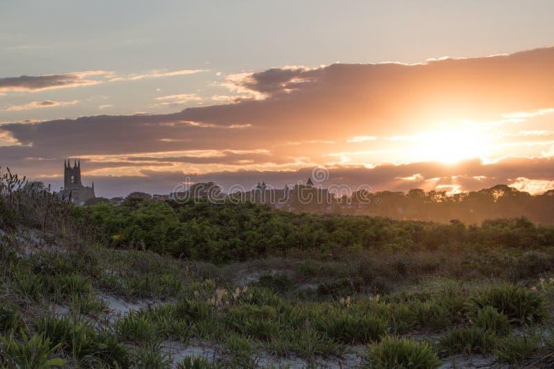 Ένα θερινό ηλιοβασίλεμα πέρα από τη χλόη αμμόλοφων στο Νιούπορτ, Ρόουντ Άιλαντ στοκ εικόνες