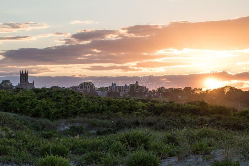 Ένα θερινό ηλιοβασίλεμα πέρα από τη χλόη αμμόλοφων στο Νιούπορτ, Ρόουντ Άιλαντ στοκ φωτογραφία με δικαίωμα ελεύθερης χρήσης