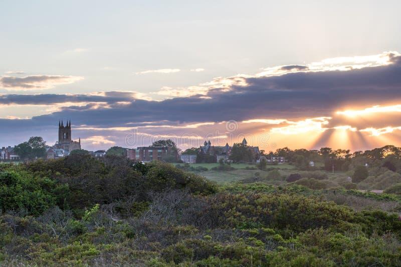 Ένα θερινό ηλιοβασίλεμα πέρα από τη χλόη αμμόλοφων στο Νιούπορτ, Ρόουντ Άιλαντ στοκ εικόνα