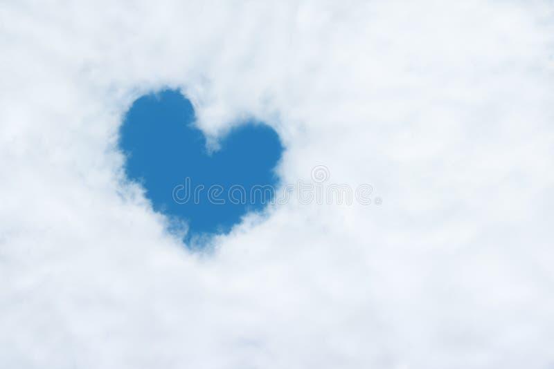 ένα διαμορφωμένο καρδιά σύννεφο στο μπλε ουρανό στοκ φωτογραφίες