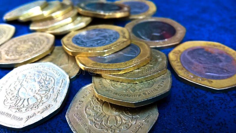 Ένα ιορδανικό νόμισμα είναι κατά το ήμισυ ιορδανικό Δηνάριο στοκ εικόνα