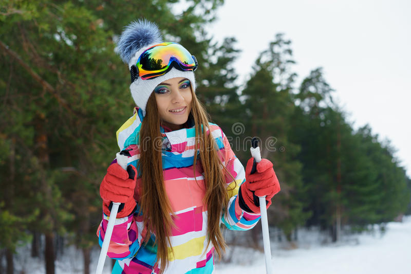 Ένα κάνοντας σκι κορίτσι στα φωτεινά αθλητικά ενδύματα στοκ φωτογραφία με δικαίωμα ελεύθερης χρήσης
