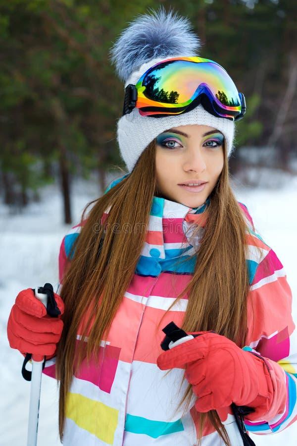 Ένα κάνοντας σκι κορίτσι στα φωτεινά αθλητικά ενδύματα στοκ φωτογραφίες με δικαίωμα ελεύθερης χρήσης