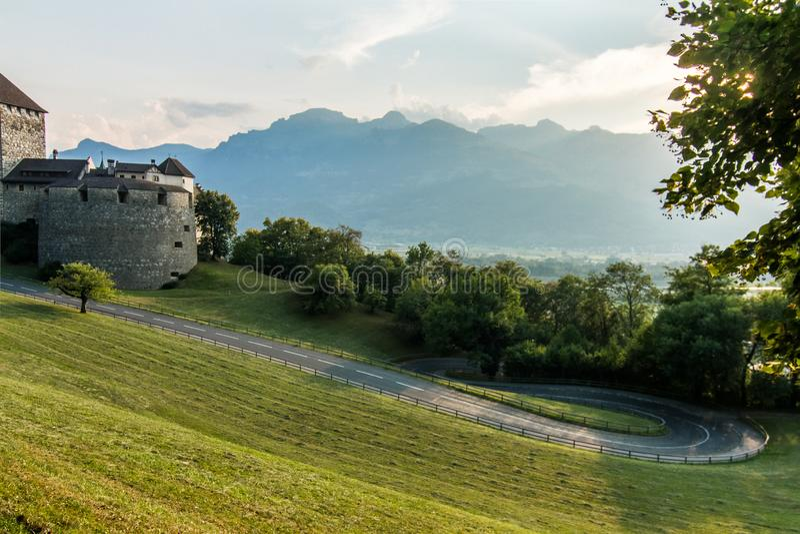 Ένα κάστρο Vaduz με τα βουνά στο υπόβαθρο στοκ εικόνα με δικαίωμα ελεύθερης χρήσης