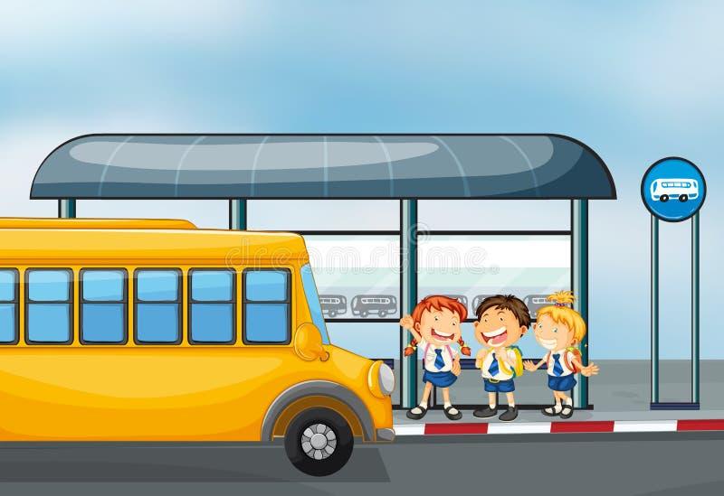 Ένα κίτρινο σχολικό λεωφορείο και τα τρία παιδιά διανυσματική απεικόνιση