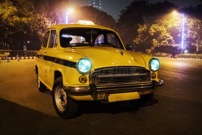 Ένα κίτρινο ταξί Παλαιό αναδρομικό αυτοκίνητο υπό μορφή ταξί πόλεων στοκ εικόνα με δικαίωμα ελεύθερης χρήσης