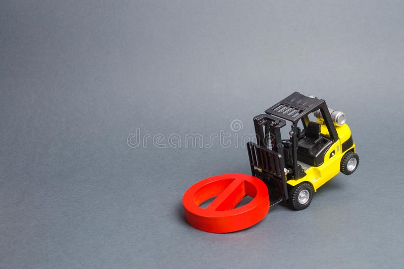 Ένα κίτρινο forklift φορτηγό δεν μπορεί να ανυψώσει ένα κόκκινο ΚΑΝΕΝΑ σύμβολο Η έννοια της απαγόρευσης, των κυρώσεων και των περ στοκ φωτογραφία με δικαίωμα ελεύθερης χρήσης