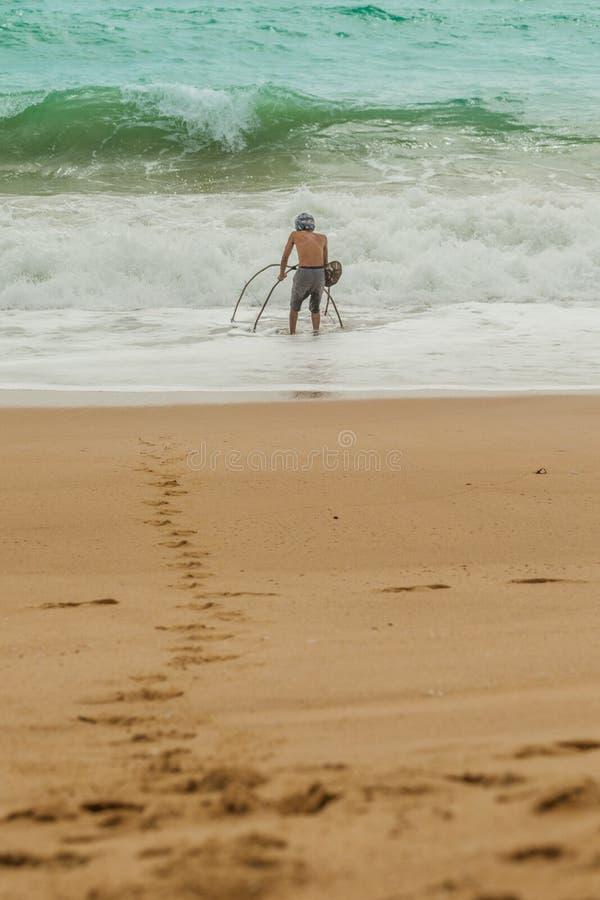 Ένα καβούρι άμμου αλιείας ψαράδων στην παραλία της Mai Khao στοκ εικόνες με δικαίωμα ελεύθερης χρήσης