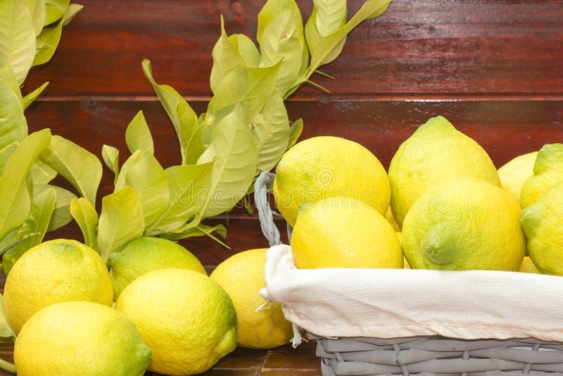 Ένα καλάθι με τα λεμόνια στοκ εικόνες