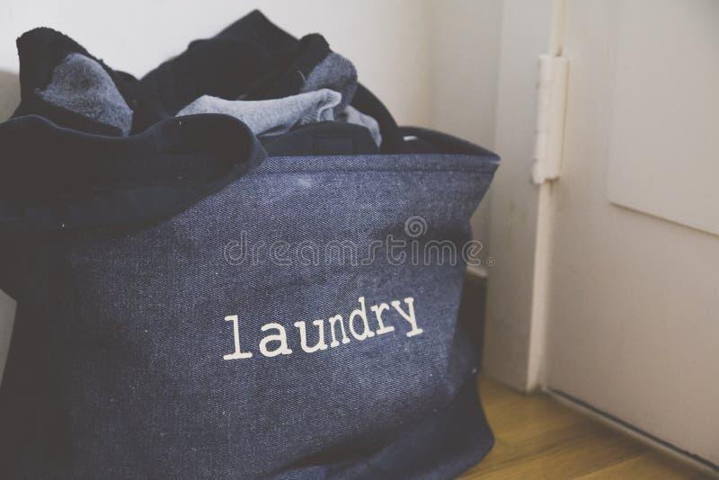 Ένα καλάθι πλυντηρίων στο καθιστικό στοκ εικόνες