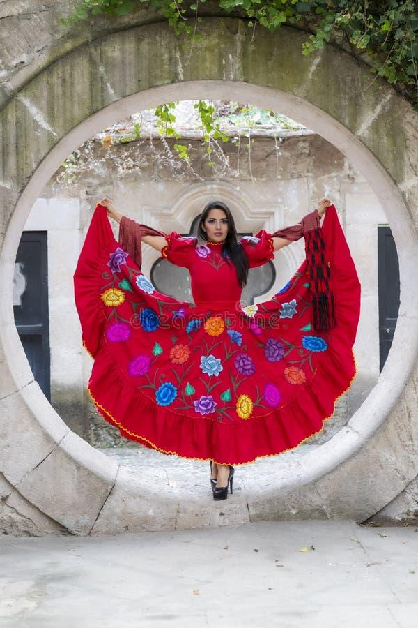Ένα καλό ισπανικό πρότυπο Brunette θέτει υπαίθρια με ένα γεράκι σε ένα Hacienda στοκ φωτογραφία με δικαίωμα ελεύθερης χρήσης