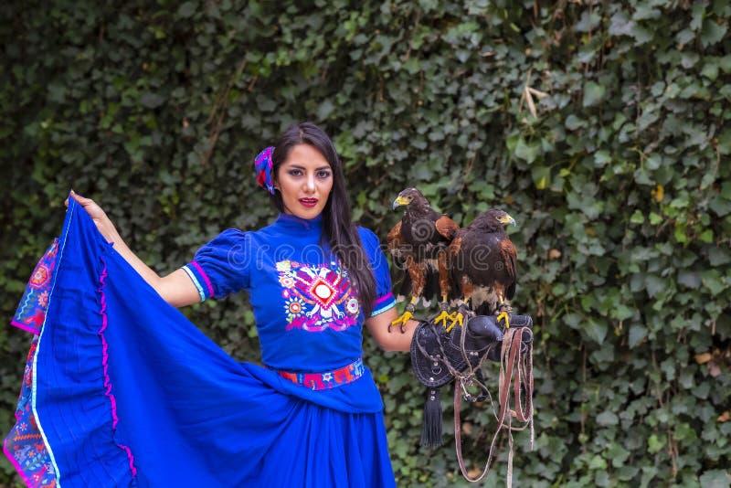 Ένα καλό ισπανικό πρότυπο Brunette θέτει υπαίθρια με ένα γεράκι σε ένα Hacienda στοκ εικόνα