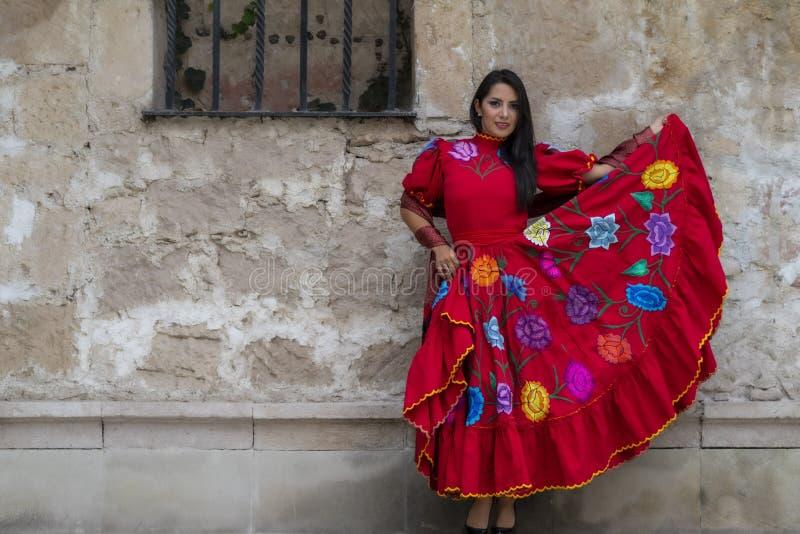 Ένα καλό ισπανικό πρότυπο Brunette θέτει υπαίθρια σε ένα μεξικάνικο αγρόκτημα στοκ εικόνα